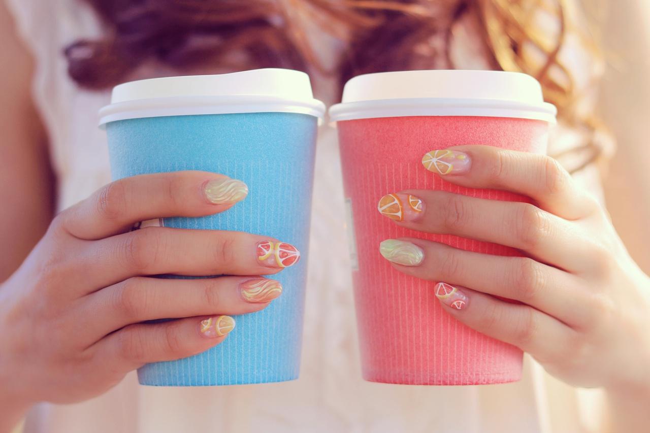 女の子がカップを持つ手
