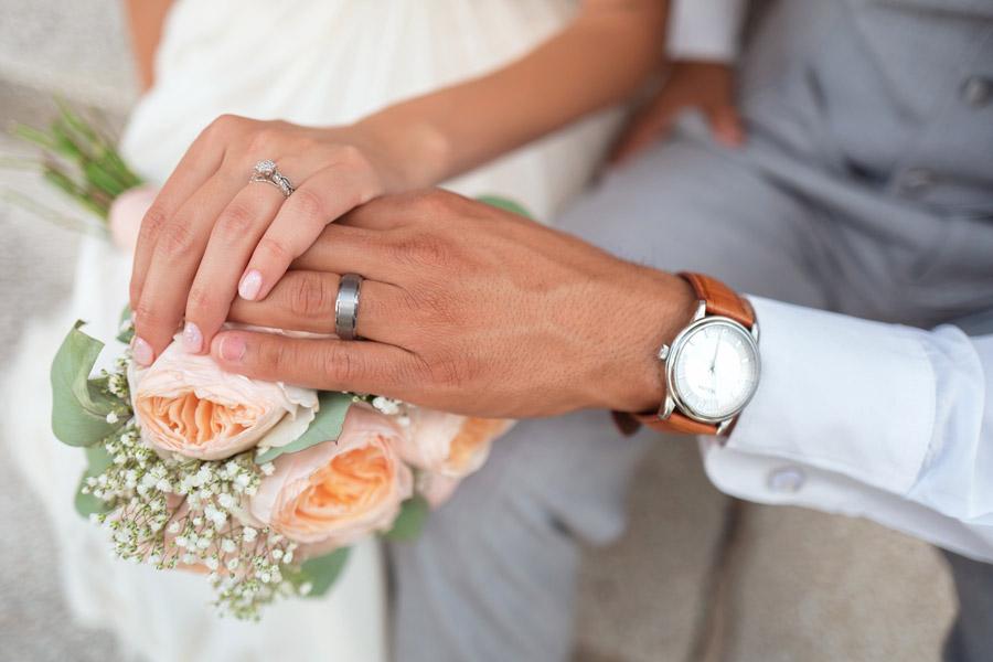 結婚式で手を重ねる男女