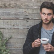 一人でコーヒーを飲む男性