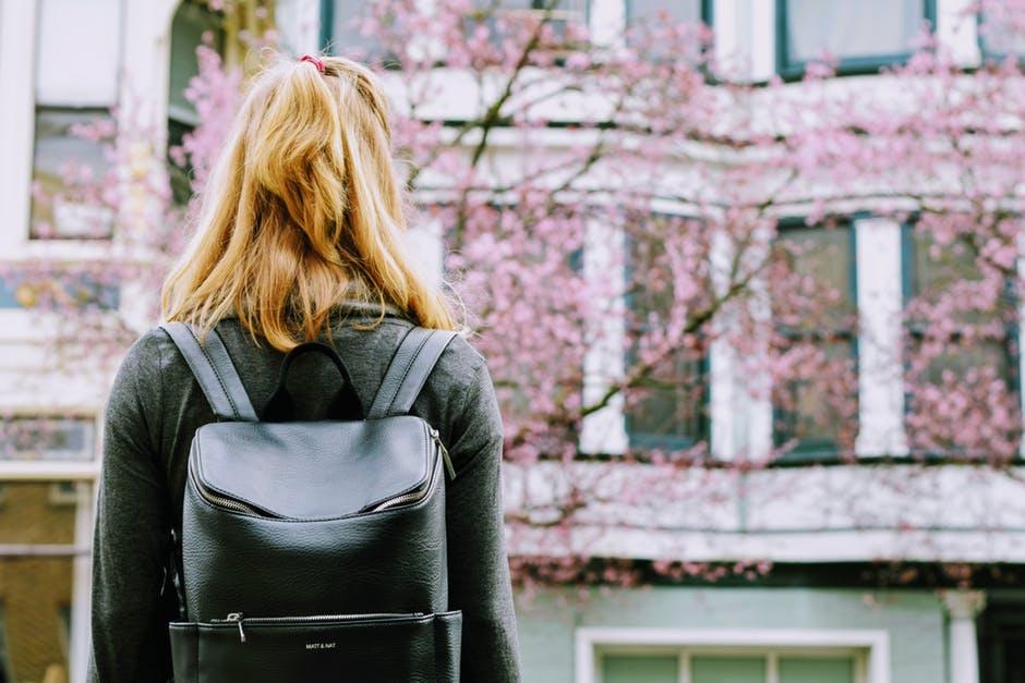 桜を前に立つ女性