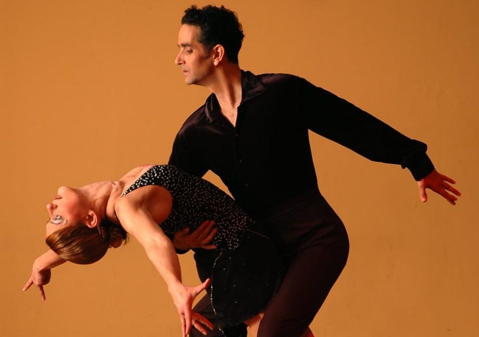 社交ダンスする男女