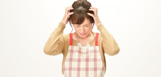 頭を抱える主婦