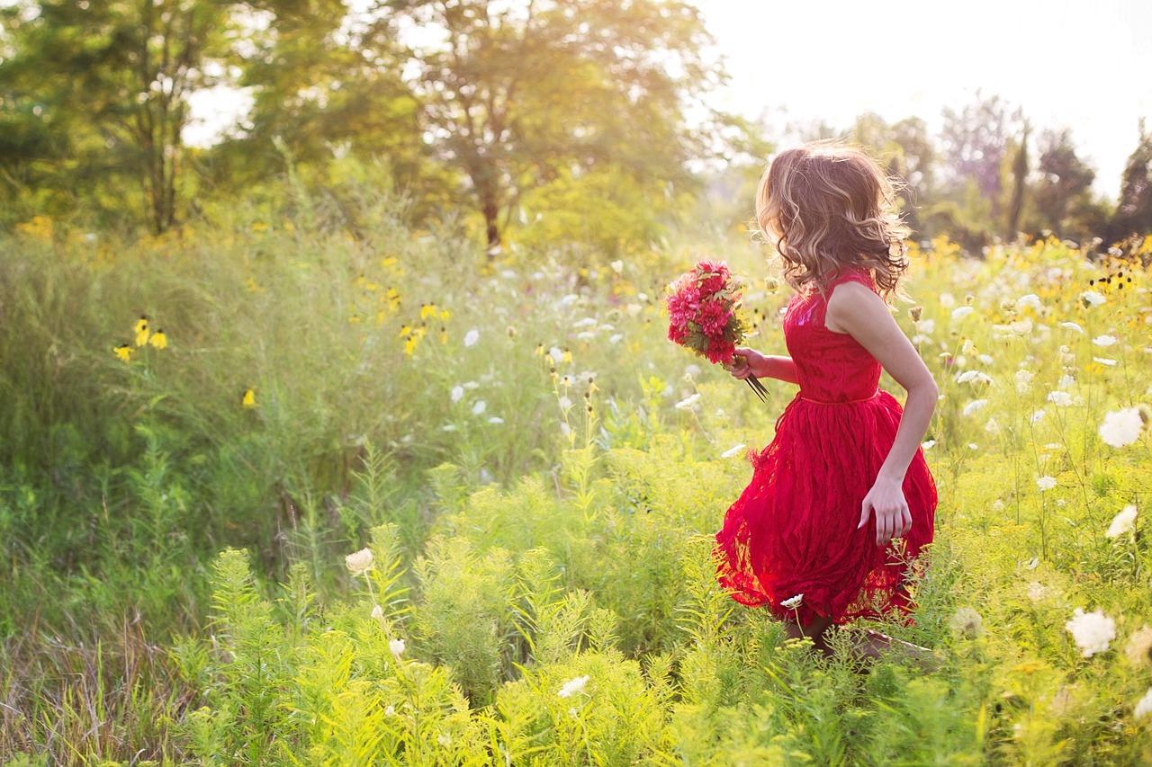 光の方へ走る少女