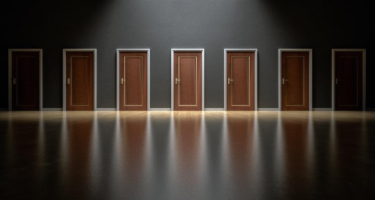 数多くのドア