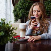 携帯を見る女性